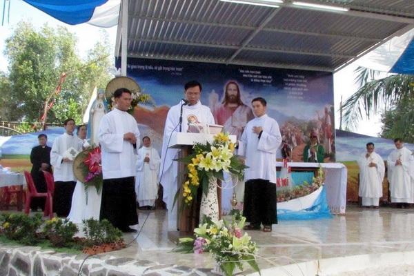 Gx Mỹ Trung: Đức Cha Phêrô ban Bí tích rửa tội cho hơn 100 tân tòng - Ảnh minh hoạ 5