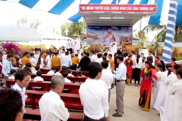 Gx Mỹ Trung: Đức Cha Phêrô ban Bí tích rửa tội cho hơn 100 tân tòng - Ảnh minh hoạ 6