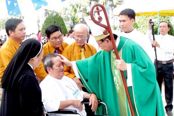 Gx Mỹ Trung: Đức Cha Phêrô ban Bí tích rửa tội cho hơn 100 tân tòng - Ảnh minh hoạ 7