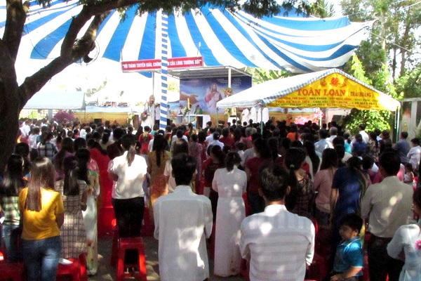 Gx Mỹ Trung: Đức Cha Phêrô ban Bí tích rửa tội cho hơn 100 tân tòng - Ảnh minh hoạ 8