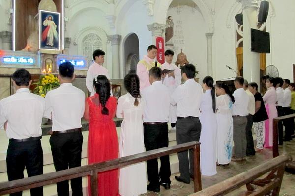 Gx Cái Bè: Niềm vui dâng trào 9 gia đình rửa tội và hợp thức hóa hôn nhân - Ảnh minh hoạ 2